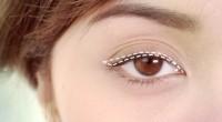 Următorul tutorial este de mare ajutor femeilor ce întâmpină dificultăți în aplicarea perfectă a tuşului de ochi.
