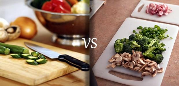 Ştiai că tocătorul de legume este un adevărat focar de apariţie a microbilor, dacă nu este dezinfectat corespunzător? Una din cele mai întâlnite bacterii de pe tocătoare este Salmonela. Tu ce fel de tocător de legume foloseşti: de plastic sau de lemn?