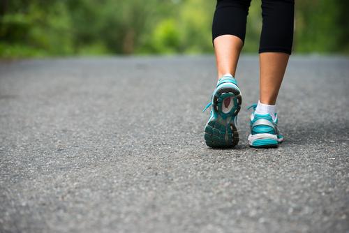 """Tradiţionala expresie """"mersul pe jos face piciorul frumos"""", este cât se poate de adevărată. Crezi însă că acesta este singurul beneficiu al mersului pe jos? În următorul articol vei vedea cât de benefică este mişcarea."""