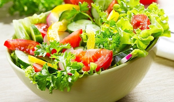 Folosește următoarele ingrediente dacă vrei ca salata preparată de tine să fie cât mai sănătoasă și să nu te îngrașe!