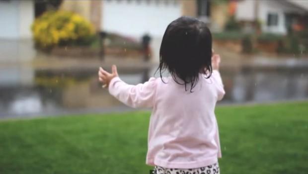 Să ne bucurăm mai des de micile bucurii ale vieţii. Dacă nu mai ştim cum, atunci să îi lăsăm pe cei mici să ne reamintească!