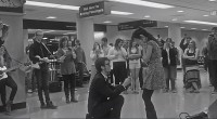 Un tânăr muzician în complot cu mai mulţi prieteni i-au pregătit iubitei sale o surpriză de proporţii într-un aeroport: o cerere de căsătorie muzicală! Rezultatul a provocat ropote de aplauze din partea celor prezenţi.