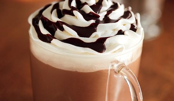 Frigul cel nesuferit și-a făcut apariția, însă noi o să îl alungăm cu o cană mare de ciocolată caldă! Acesta rețetă te va face să renunți definitiv la prafurile de ciocolată caldă din comerț!