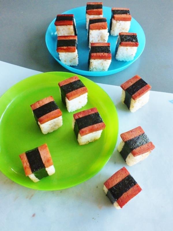 sushi in tava de cuburi de gheata
