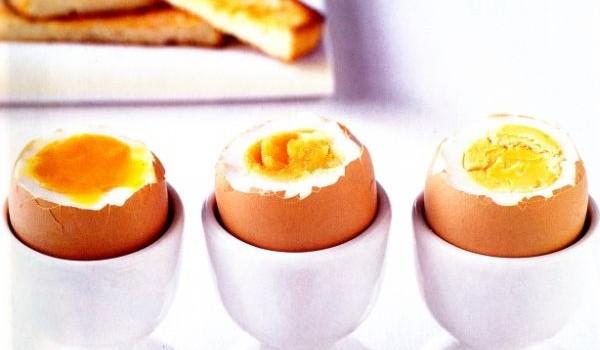 Află cât timp trebuie să fierbi un ou pentru a rămâne moale, mediu sau tare.