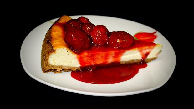 Surprinde-i pe cei dragi cu o prăjitură de excepție: cheesecake. Nici nu vor avea ideea cât de ușor ai preparat-o!