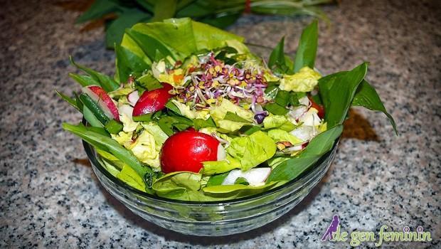 Aceasta salată este ideală pentru zilele însorite de primăvară. Pe lângă faptul că vă ajută să vă mențineți în formă, are și un gust delicios - Rețetă video.