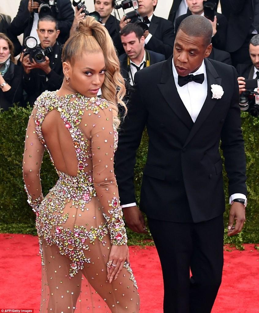 Beyonce a aparut aproape dezbracata la gala Met-1