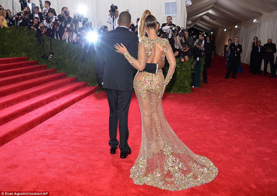 Beyonce a aparut aproape nud la gala Met-1