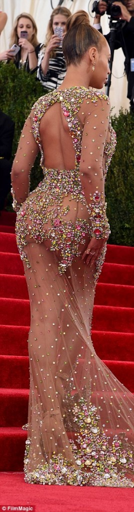 Beyonce a aparut aproape nud la gala Met