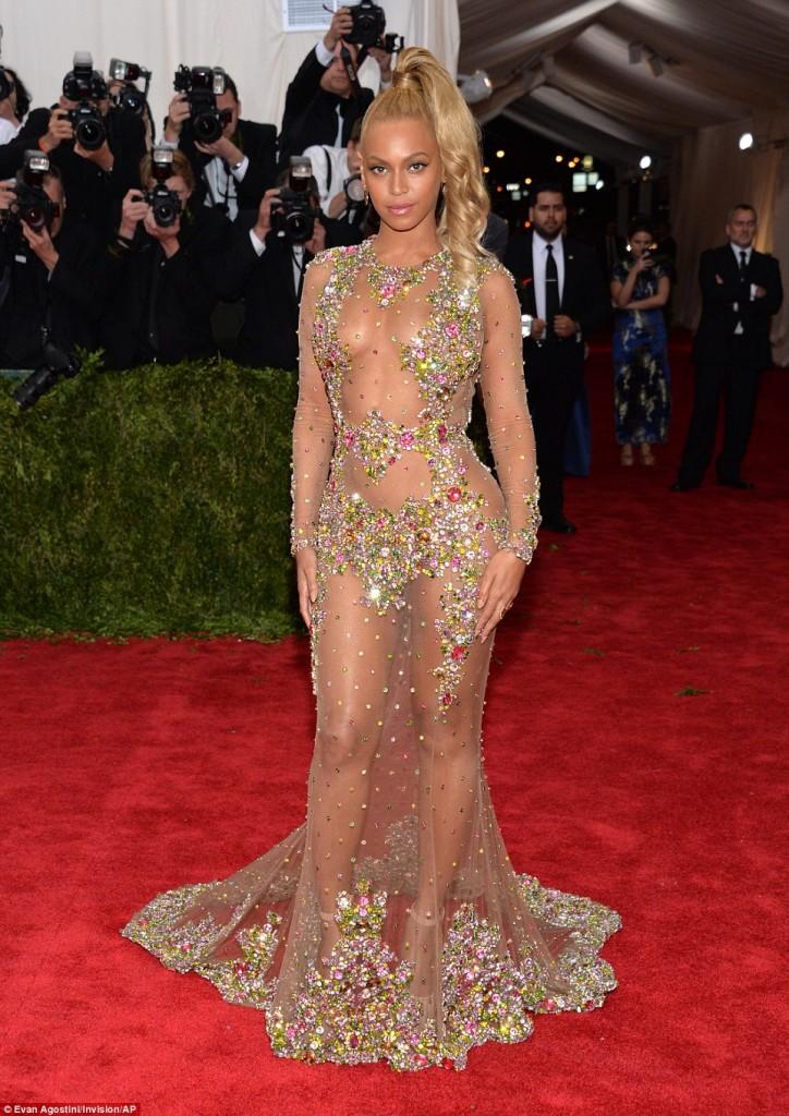 Beyonce si-a socat fanii cu tinuta de la gala Met
