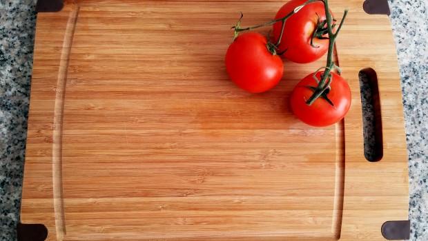 Vezi care este cea mai bună metodă de curățare și îngrijire a tocătorului de lemn, astfel încât să elimini toate bacteriile și să-l faci să arate ca nou mult timp!