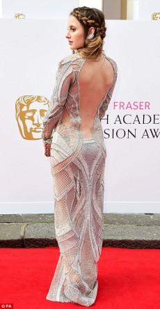 Rosie Fortescue rochie argintie la premiile Bafta