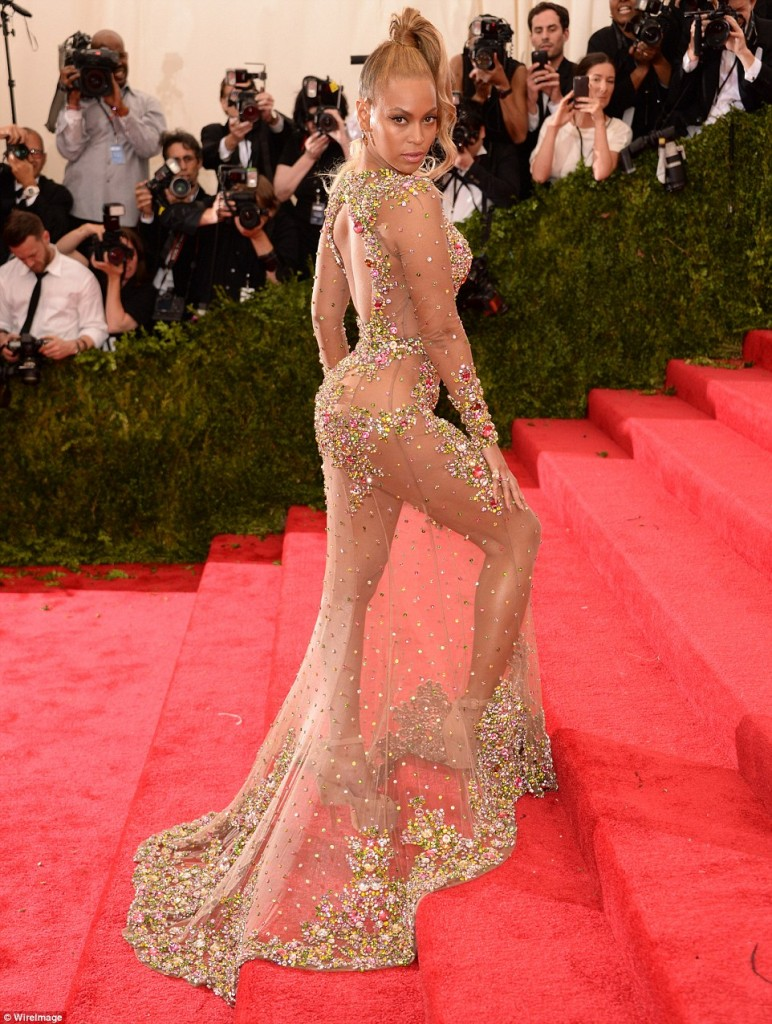 tinuta aproape nude a lui Beyonce