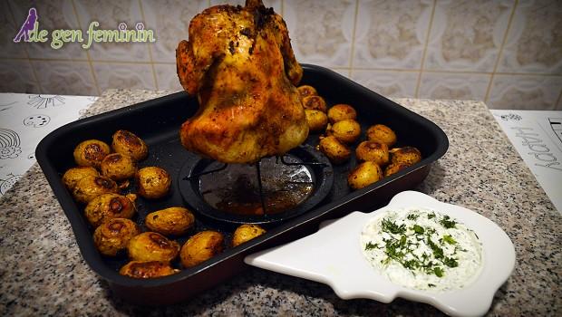 Dacă ai poftă de un pui cu o piele crocantă, servit alături de o porție de cartofi și un sos de smântână, mărar și usturoi, atunci încearcă următoarea rețeta.