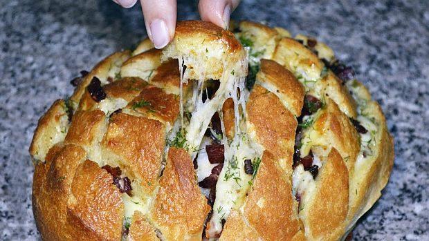 Pe lângă faptul că îți va învălui bucătăria într-un miros îmbietor de pâine coaptă, această rețetă te ajută să transformi niște ingrediente banale, cum ar fi o pâine veche de o zi, în ceva delicios!