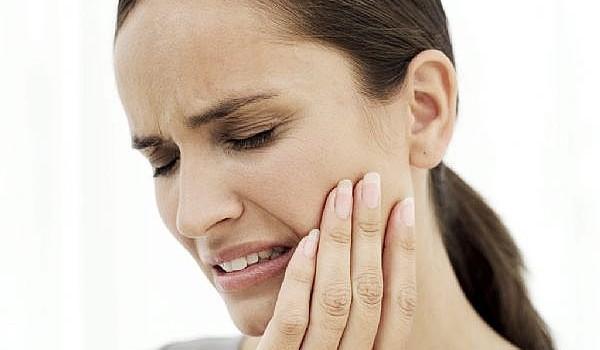 Te dor dinţii şi nu poţi ajunge în cel mai scurt timp la dentist? Metodele naturale îţi sar în ajutor şi astfel îţi pot fi de mare folos!