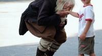 Bătrânul consideraţi de mulţi un înger păzitor, sărută adesea mâinile celor care îi dăruiesc bani.