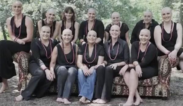 Aceste femei şi-au ras părul în spirit de solidaritate cu prietena lor bolnavă de cancer. Toată această întâmplare a fost filmată şi transpusă într-un videoclip ce te va lăsa fără cuvinte.