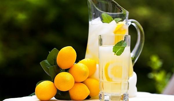 Află care sunt principalele beneficii ale consumului zilnic de apă cu lămâie! De asemenea, vezi de ce este bine să faci acest lucru la prima oră.