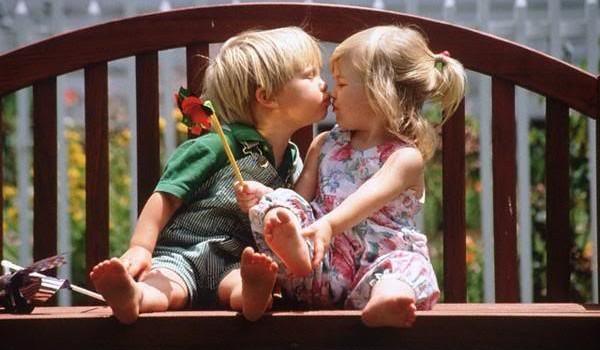 Copiii ne uimesc zilnic cu dovezile lor de afecțiune și iubire pură. La fel se întâmplă și cu acest băiețel care dorește cu orice preț să fure un pupic de la cea mai bună prietenă a lui.