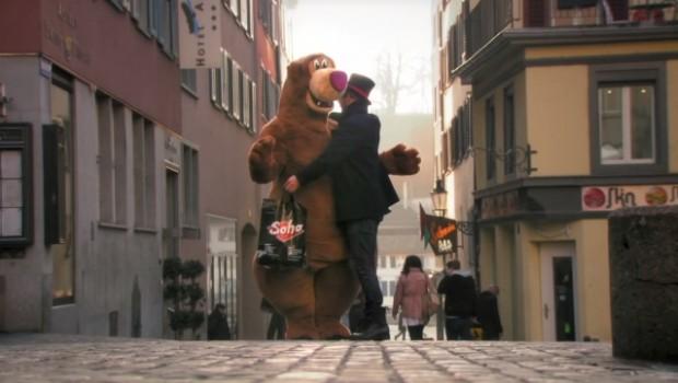 Cum ai reacționa dacă la un moment dat, te-ai intersecta cu un urs de pluș ce și-ar întinde călduros brațele să te îmbrățișeze?