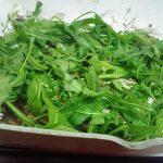 Salată caldă SĂȚIOASĂ și cu PUȚINE CALORII! Ideală și pentru zilele de post sau vegetarieni